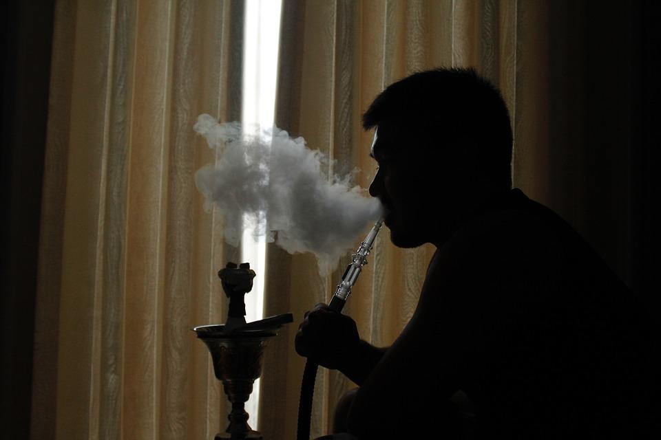 Advierten del riesgo de compartir cigarrillos y boquillas
