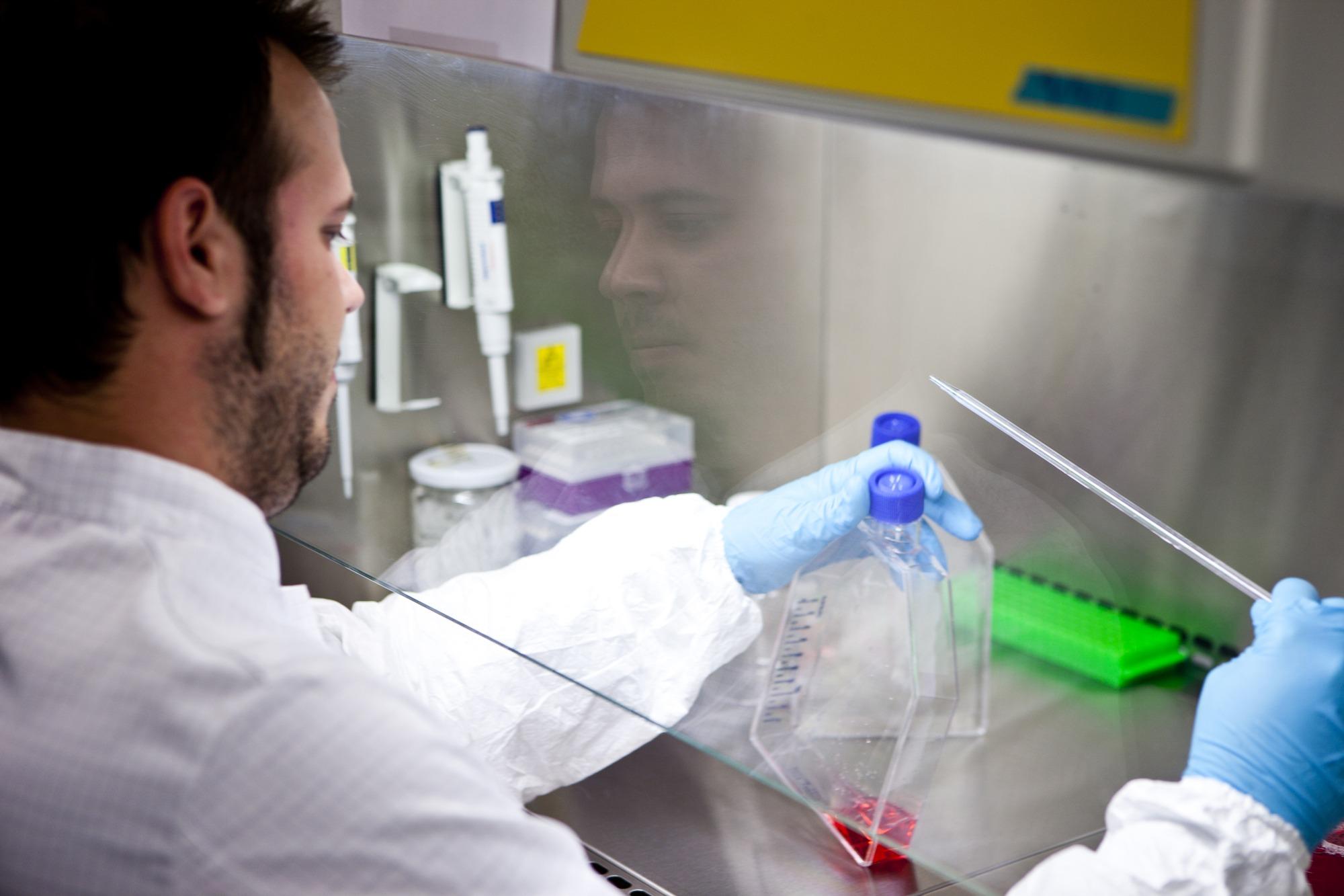 Investigadores del centro granadino Genyo desarrollan un estudio para combatir el Síndrome de Sjögren