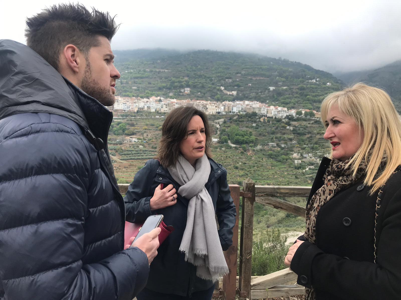 El alcalde de Lanjarón participa en la Fiesta del Agua pese a estar suspendida y abraza a vecinos