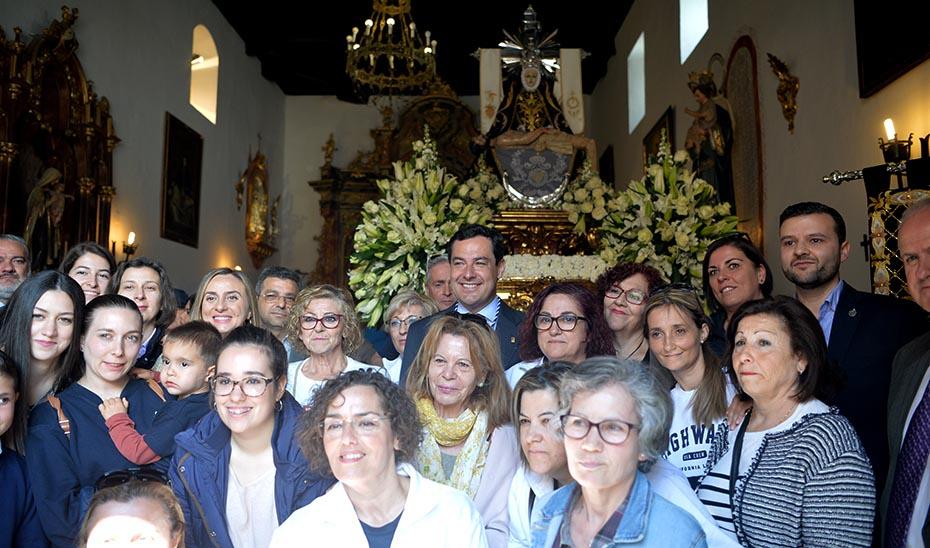 El presidente de la Junta reivindica la Semana Santa de los municipios del  interior de Andalucía durante una visita a Padul