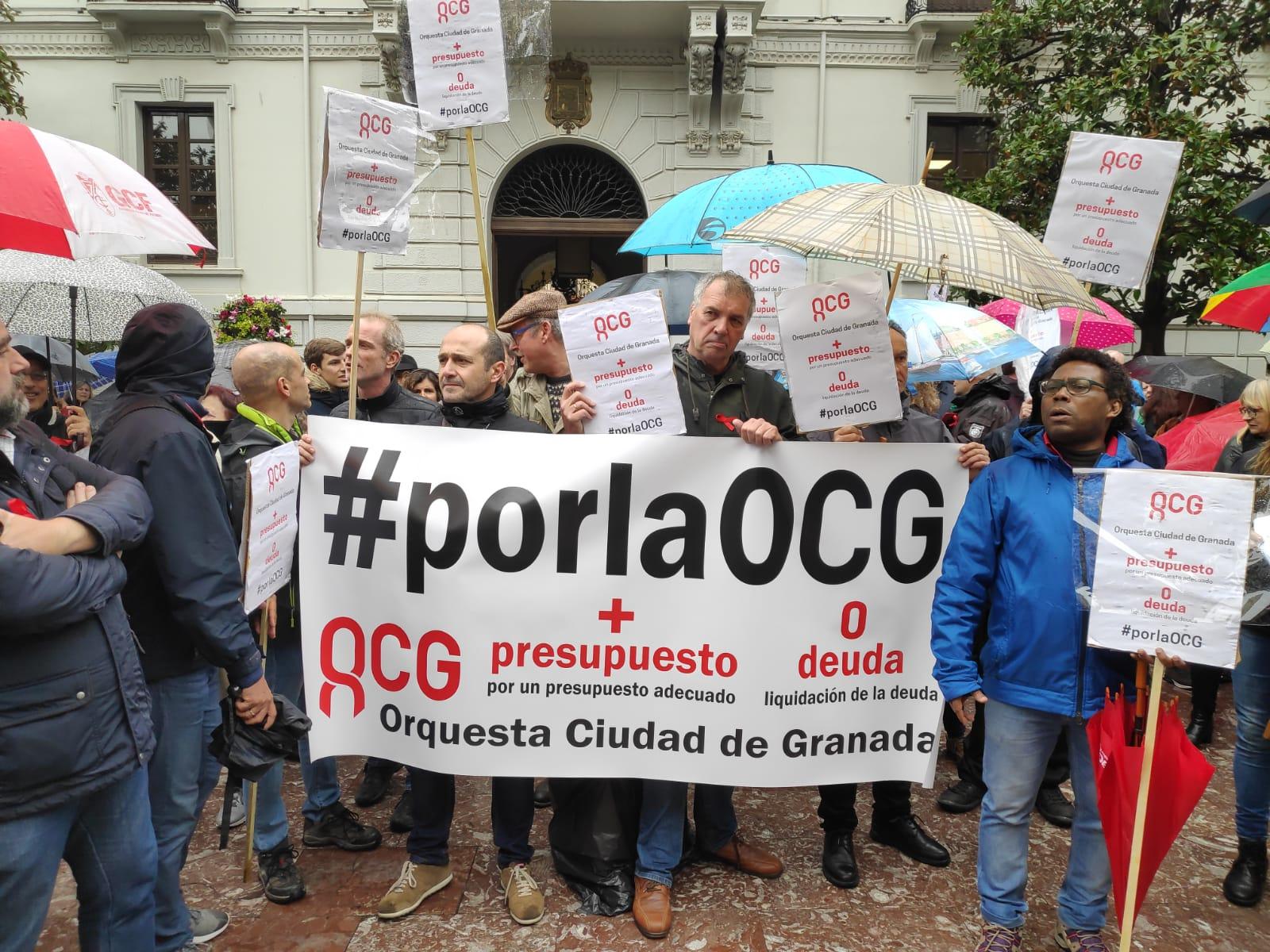Trabajadores de la OCG se concentran en San Telmo para exigir a la Junta soluciones ante el ahogo económico de la orquesta