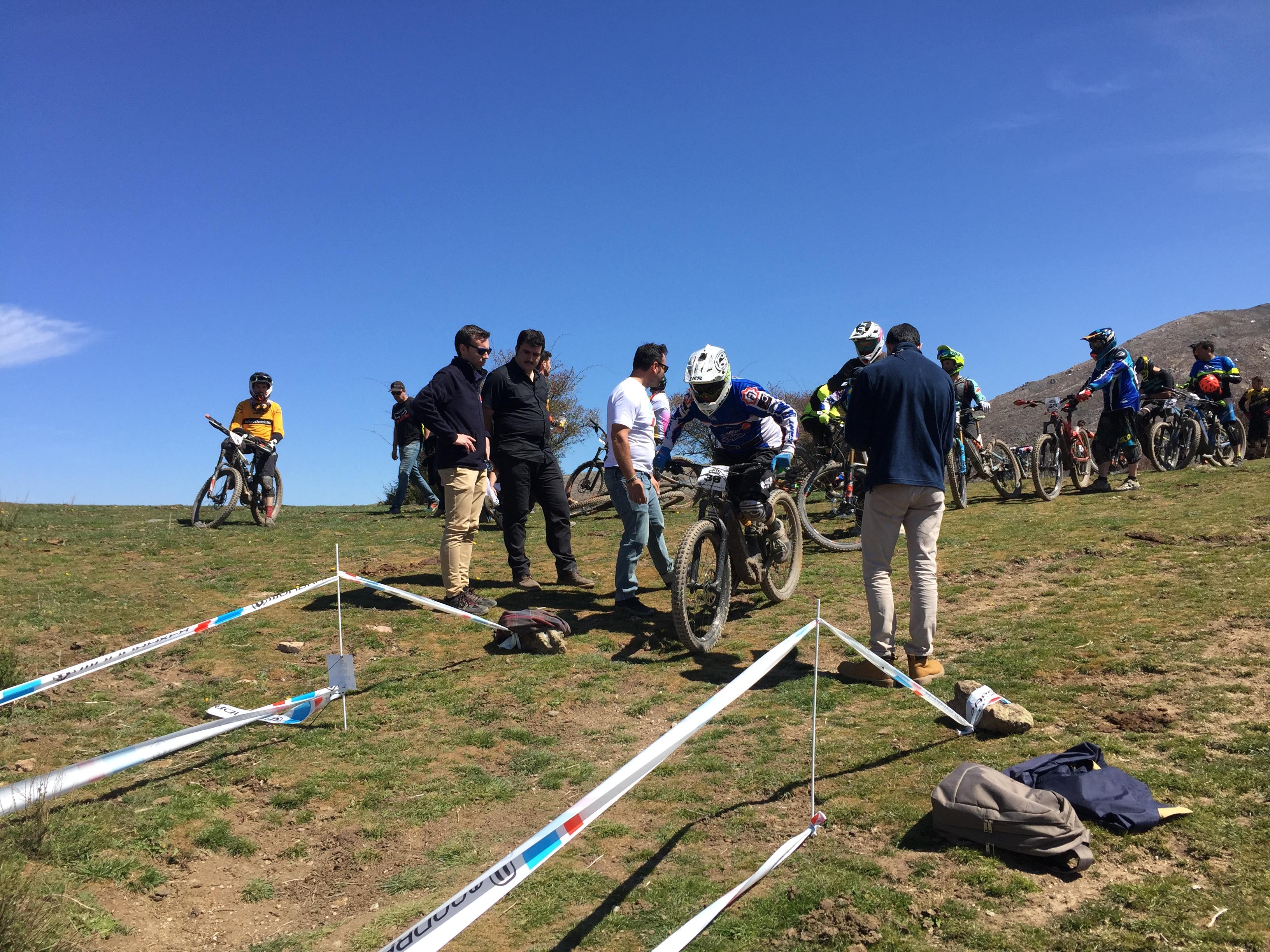 Un centenar de ciclistas participan en la I Copa del Mundo de Bicicletas Eléctricas celebrada en Granada