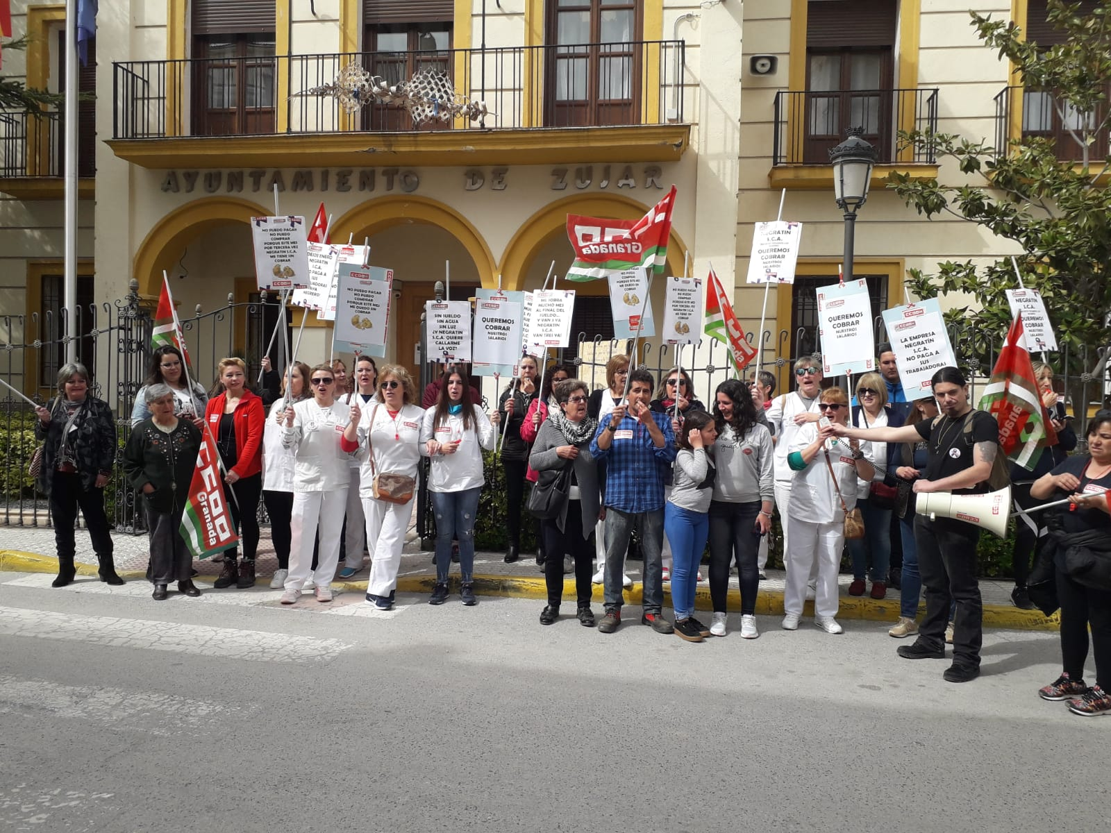 Las trabajadoras de ayuda a domicilio de Zújar se manifiestan por el impago de salarios que sufren