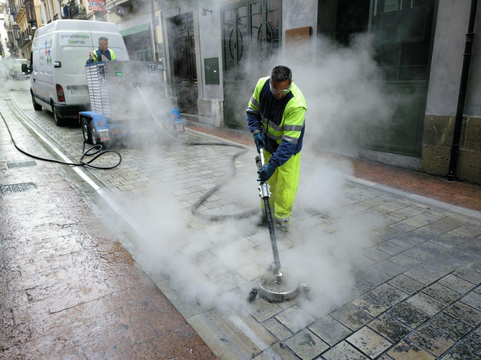 El dispositivo especial de limpieza de Semana Santa retira 1.000 kilogramos de cera, un 7% más que en 2018