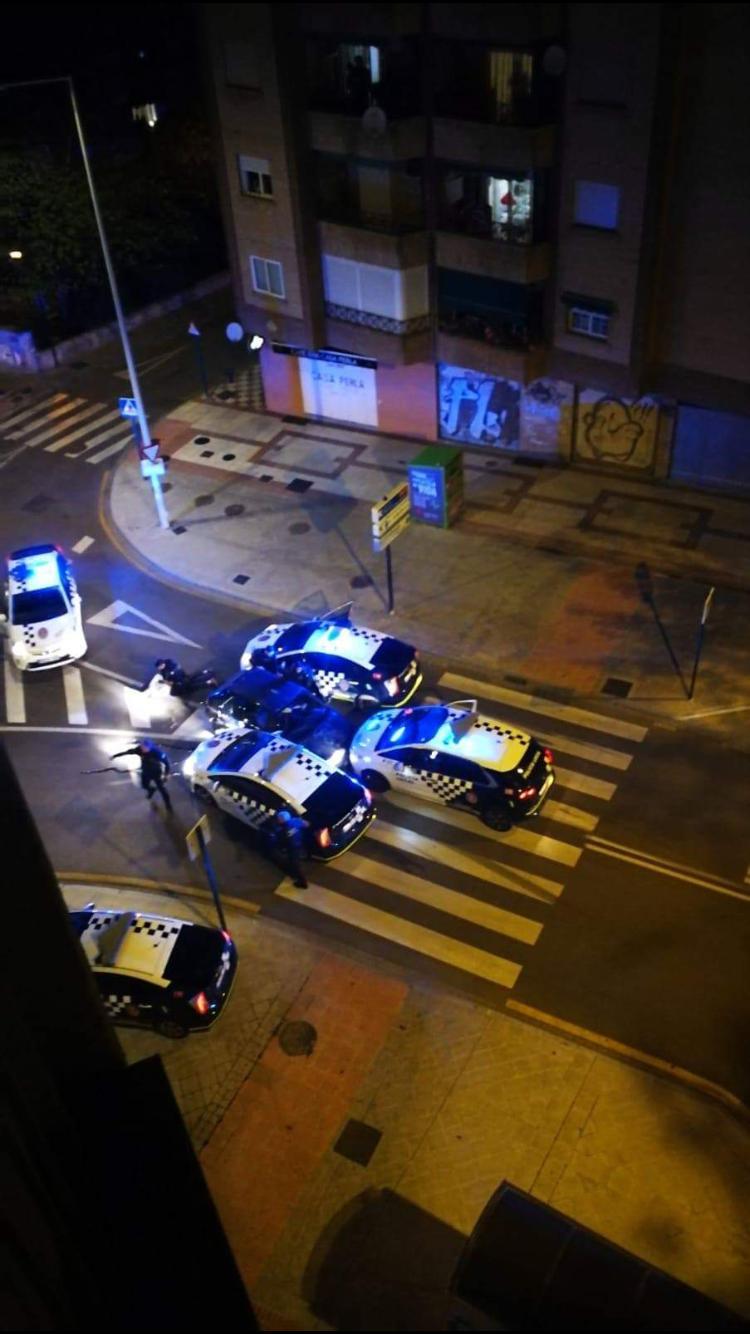 Detenido un joven tras una persecución por el centro en la que embistió a varios coches policiales