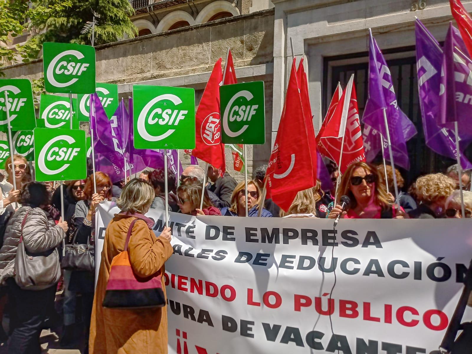 El personal laboral de la Delegación de Educación exige a la Junta que cubra las 80 vacantes pendientes en centros educativos de Granada