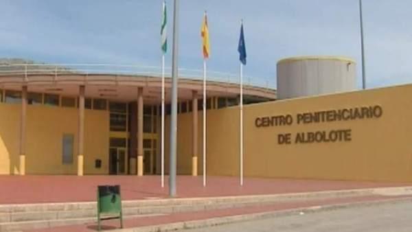 Un preso de Albolote prende fuego a su colchón y genera desperfectos en la galería
