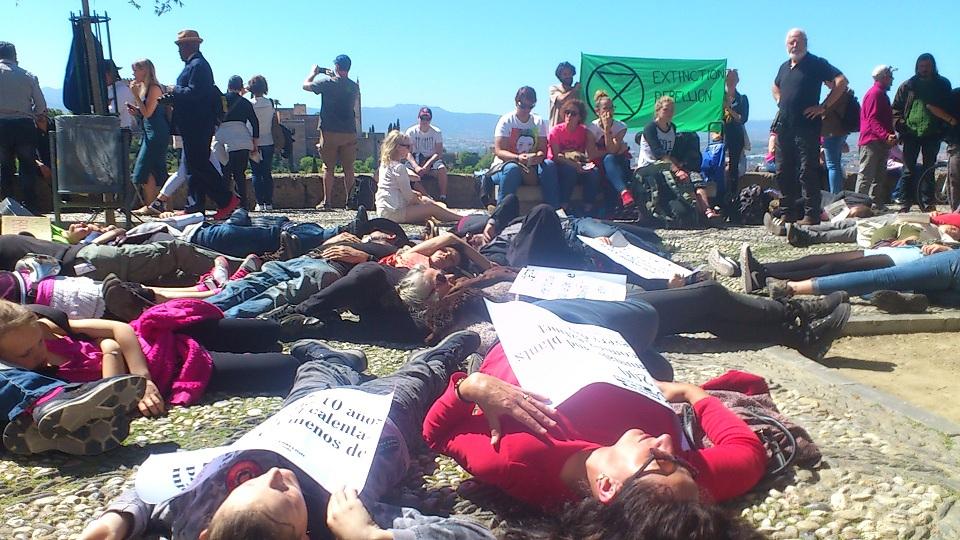 Activistas escenifican en el Mirador de San Nicolás la amenaza de muerte por efectos del cambio climático