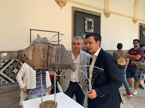 El patio del Ayuntamiento acoge una exposición de obras hechas con materiales de reciclado