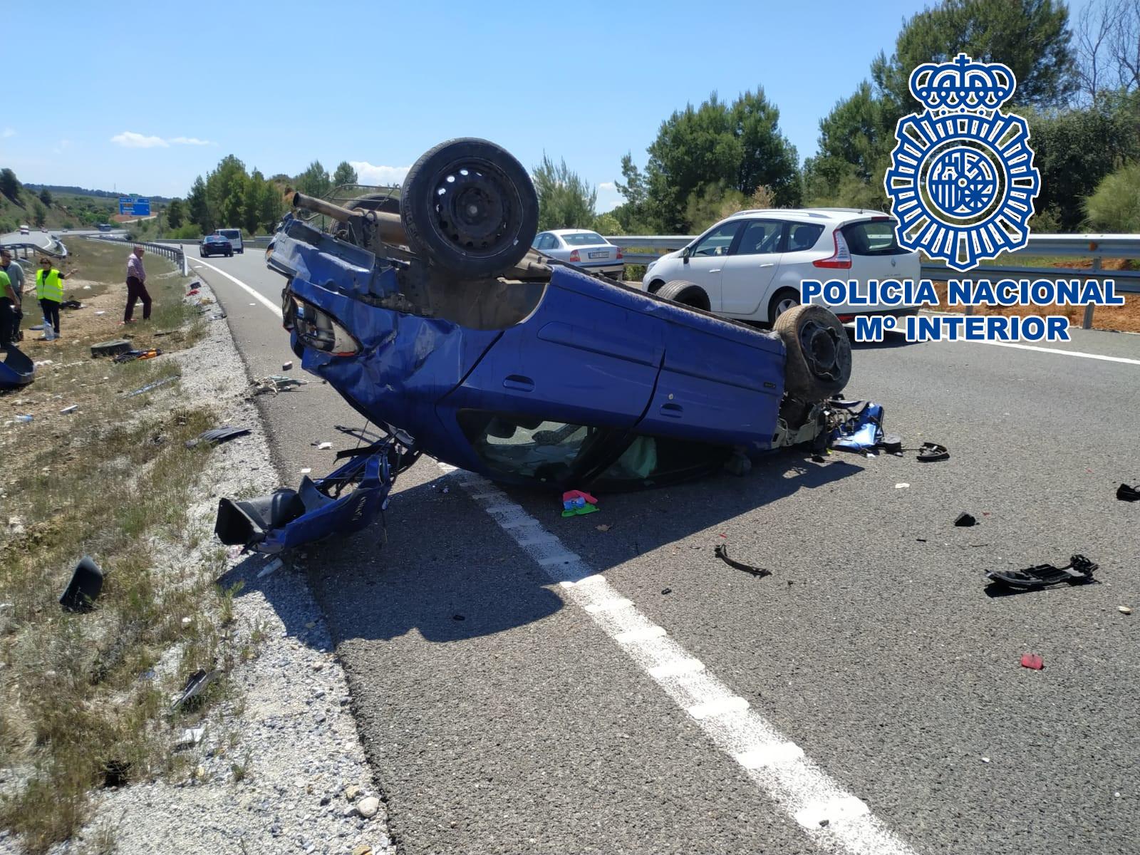 Tres policías nacionales rescatan de un vehículo a un joven que había sufrido un aparatoso accidente
