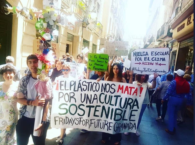 La protesta climática se hace un hueco en la fiesta de las Cruces