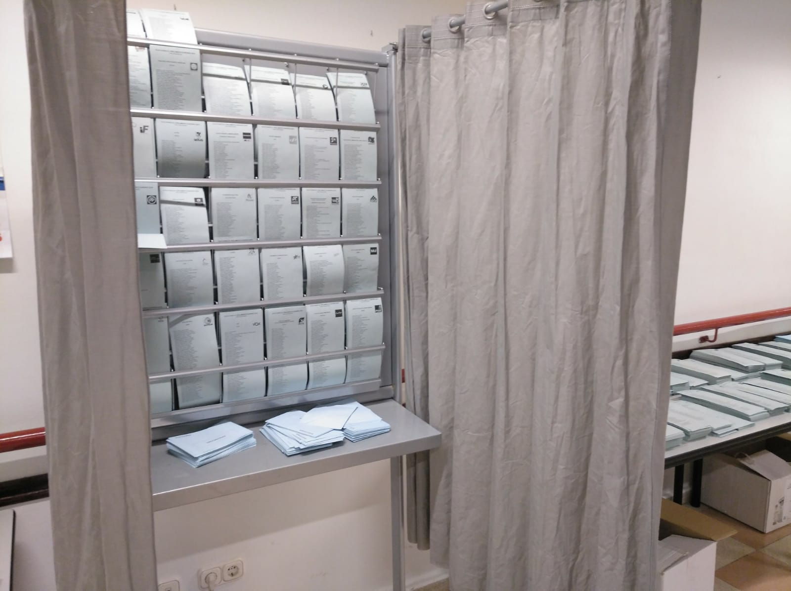 La falta de papeletas retrasará el cierre de 1 colegio electoral de Granada capital 30 minutos