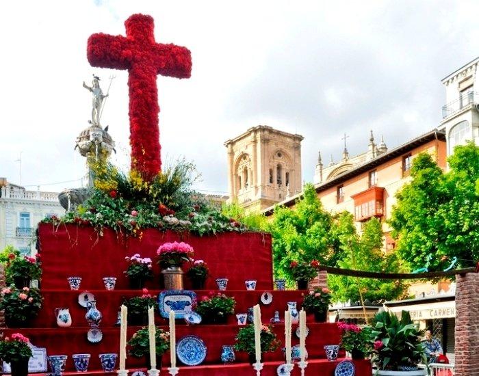 La cruz de la cofradía de los Estudiantes del barrio Fígares se hace con el primer premio