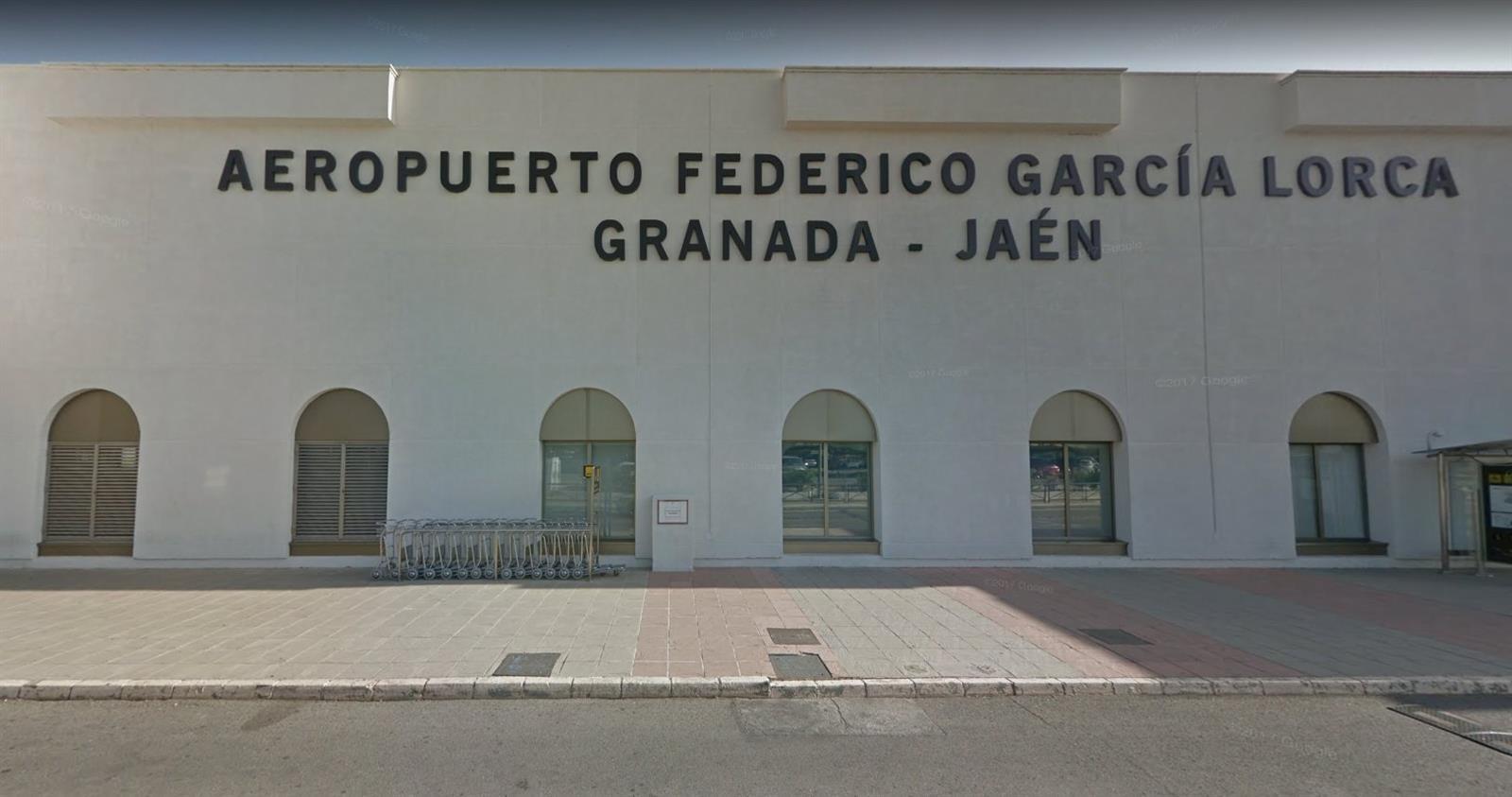Abren expediente al inspector policial del aeropuerto por la gestión de un vuelo con inmigrantes desde Canarias