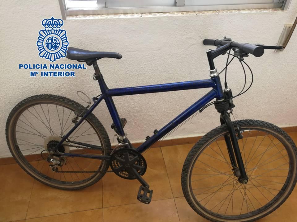 Detenido el acusado de tres robos por el método del tirón desde una bicicleta
