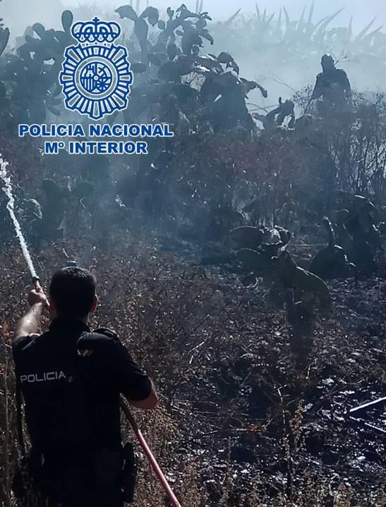 Cuatro agentes de Policía Nacional evitan la propagación del incendio del Sacromonte del lunes