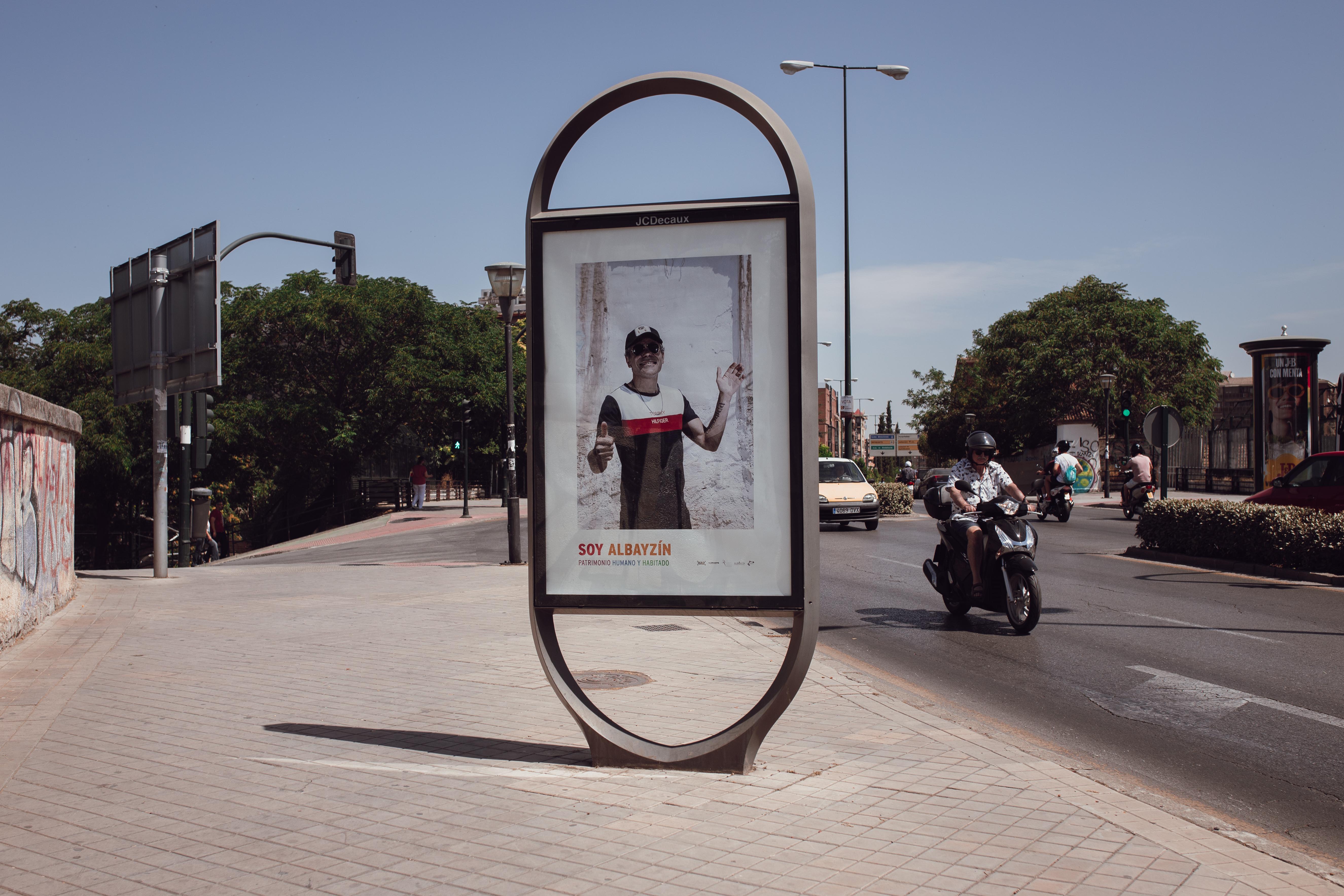 Rostros de cincuenta vecinos del barrio dan vida a la campaña municipal 'Soy Albaicín'