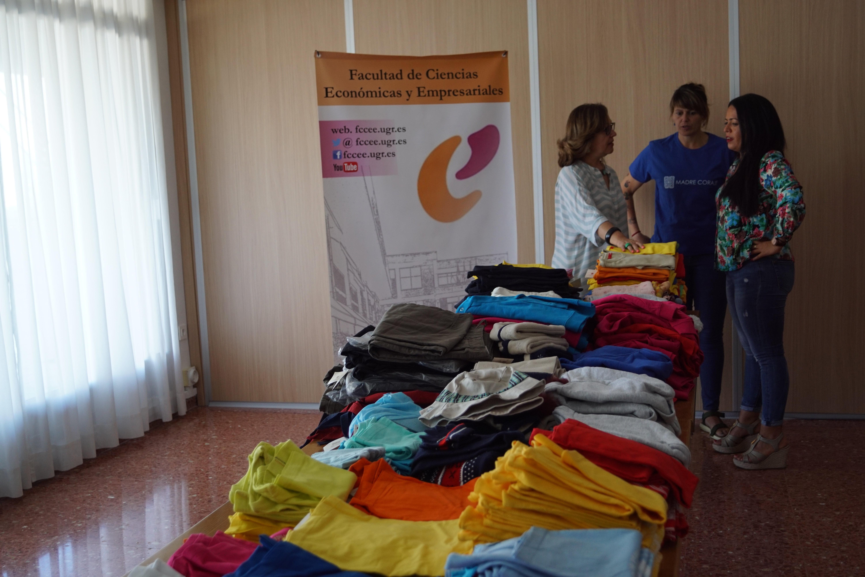 La Facultad de Ciencias Económicas y Empresariales dona más de 150 kilos de ropa infantil a Madre Coraje