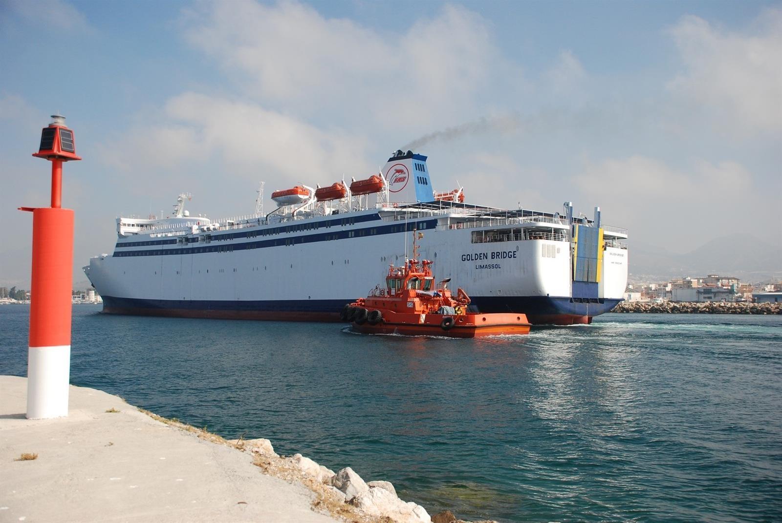 Llega a Motril el buque Golden Bridge, que hará la línea de Melilla