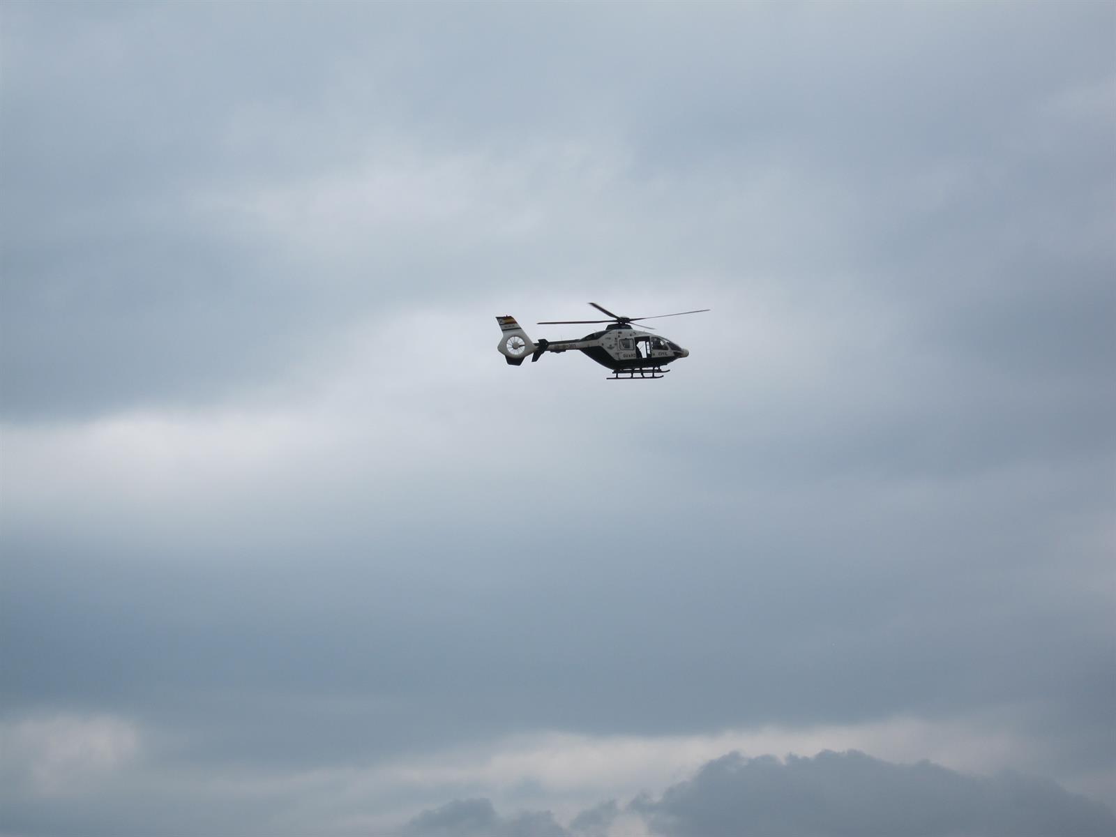 Evacuan en helicóptero a una herida grave que se precipitó con su coche en Almuñécar