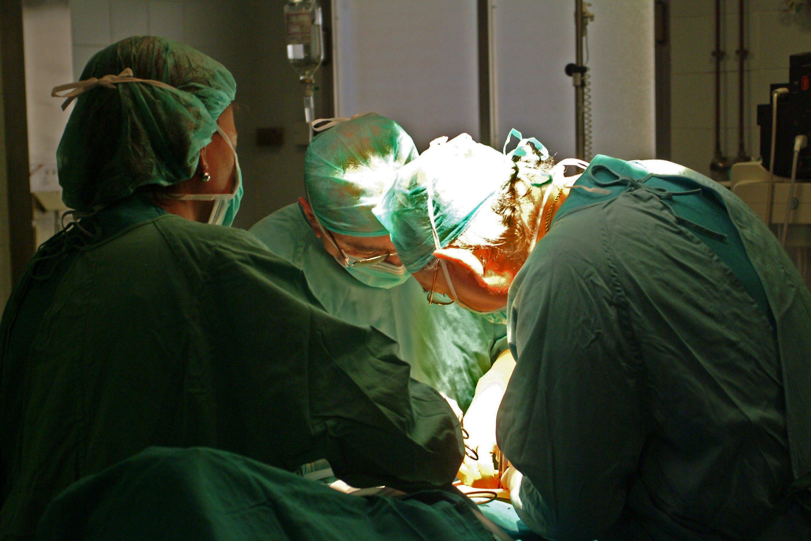 El incremento de la actividad quirúrgica en Granada permite a 1.622 pacientes abandonar las listas de espera