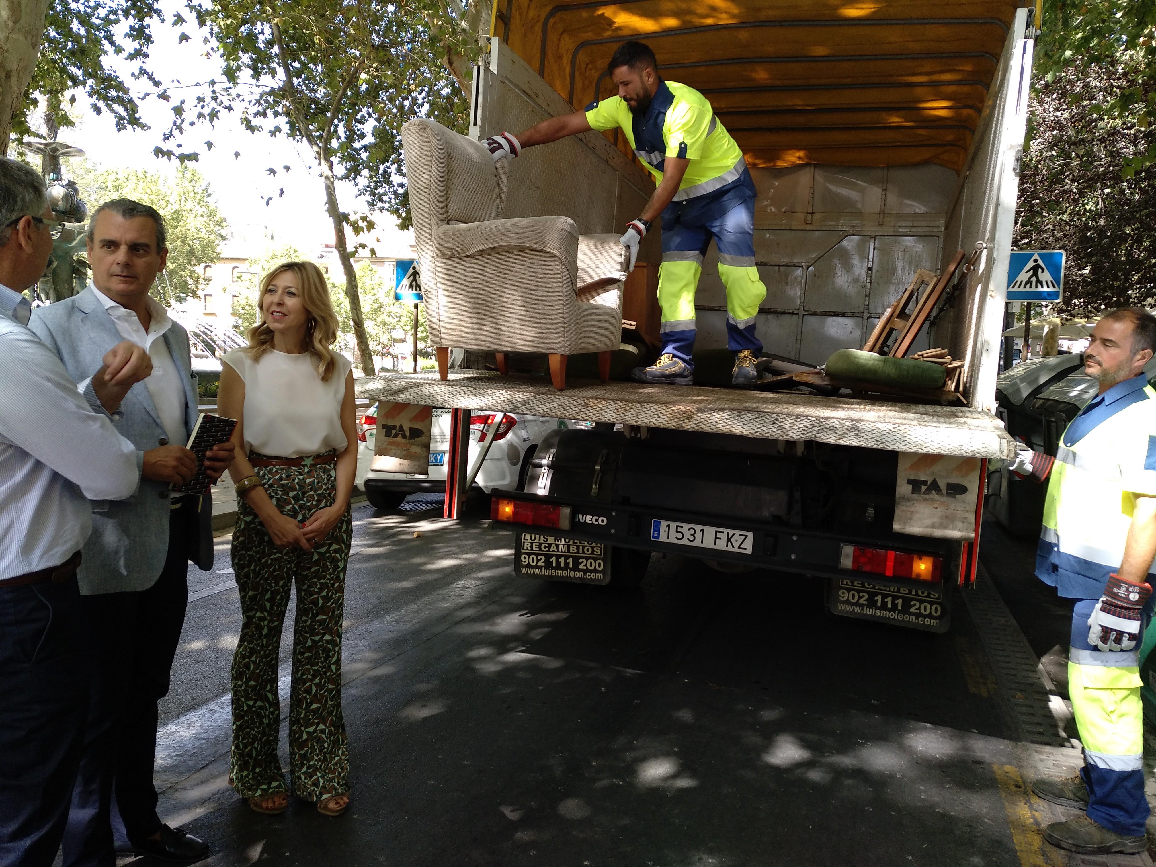 El Ayuntamiento refuerza el servicio de recogida de muebles y enseres con dos equipos más de Inagra