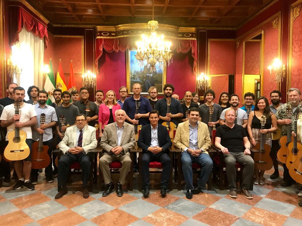 Luis Salvador recibe a los alumnos de la Universidad de California que participan en el Summer Arts del Festival de la Guitarra