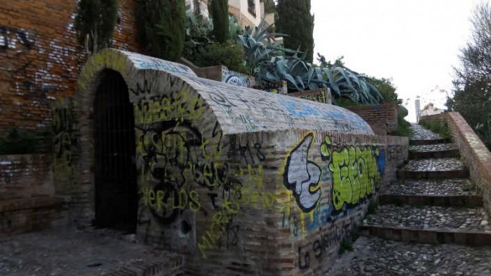 Detenida una pareja de jóvenes por hacer pintadas en el aljibe del Zenete, declarado BIC