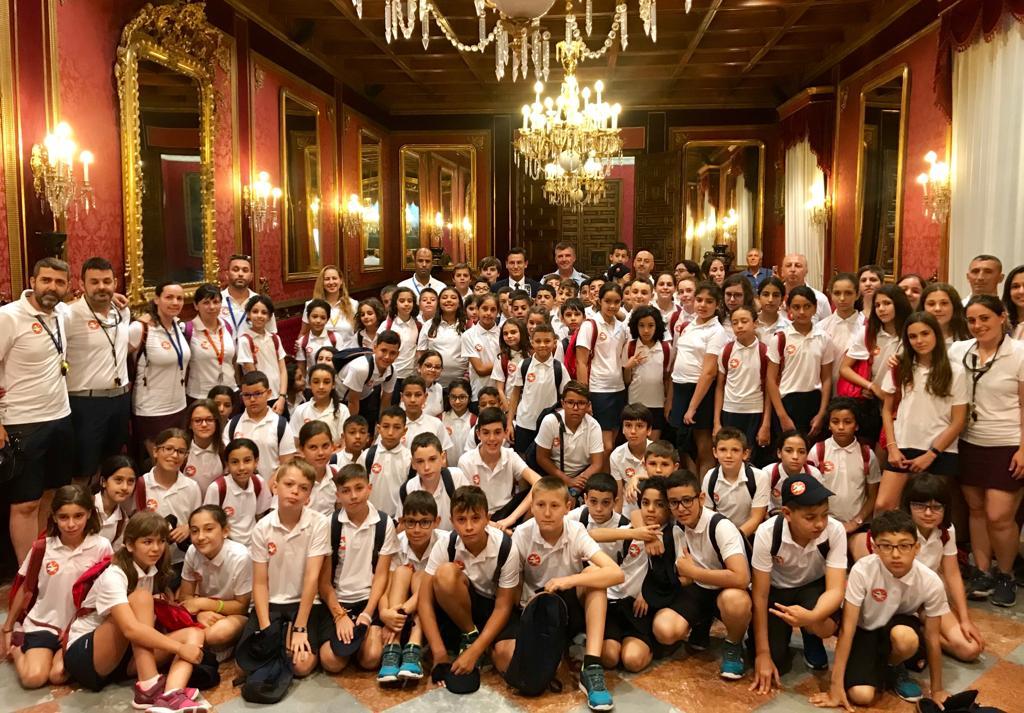 Un total de 80 niños participantes en el campamento juvenil hispano-marroquí visitan el Ayuntamiento