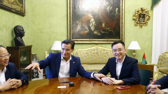 El alcalde recibe la visita del presidente del Granada CF