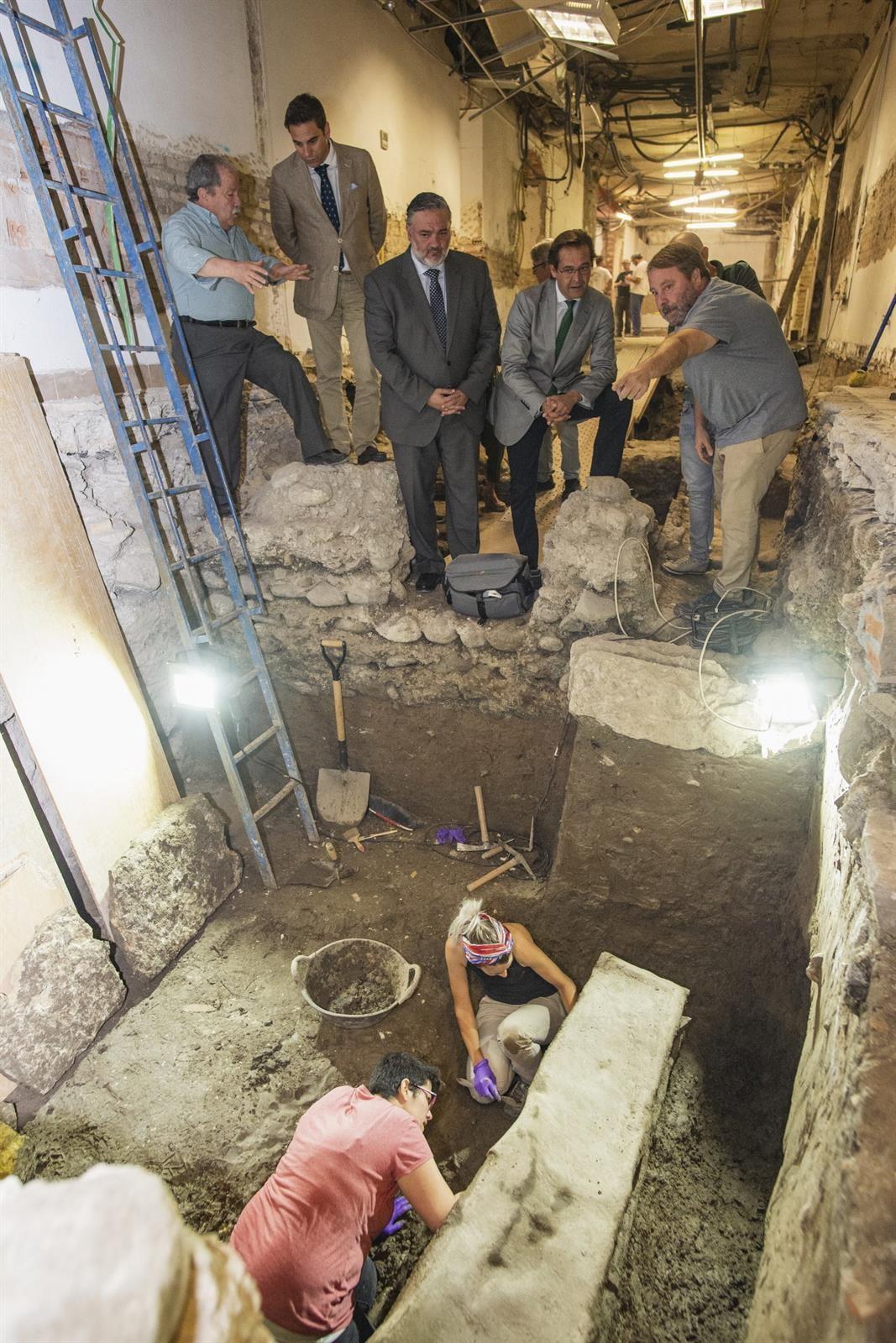 Expertos inician la apertura del sarcófago romano de plomo hallado en Granada