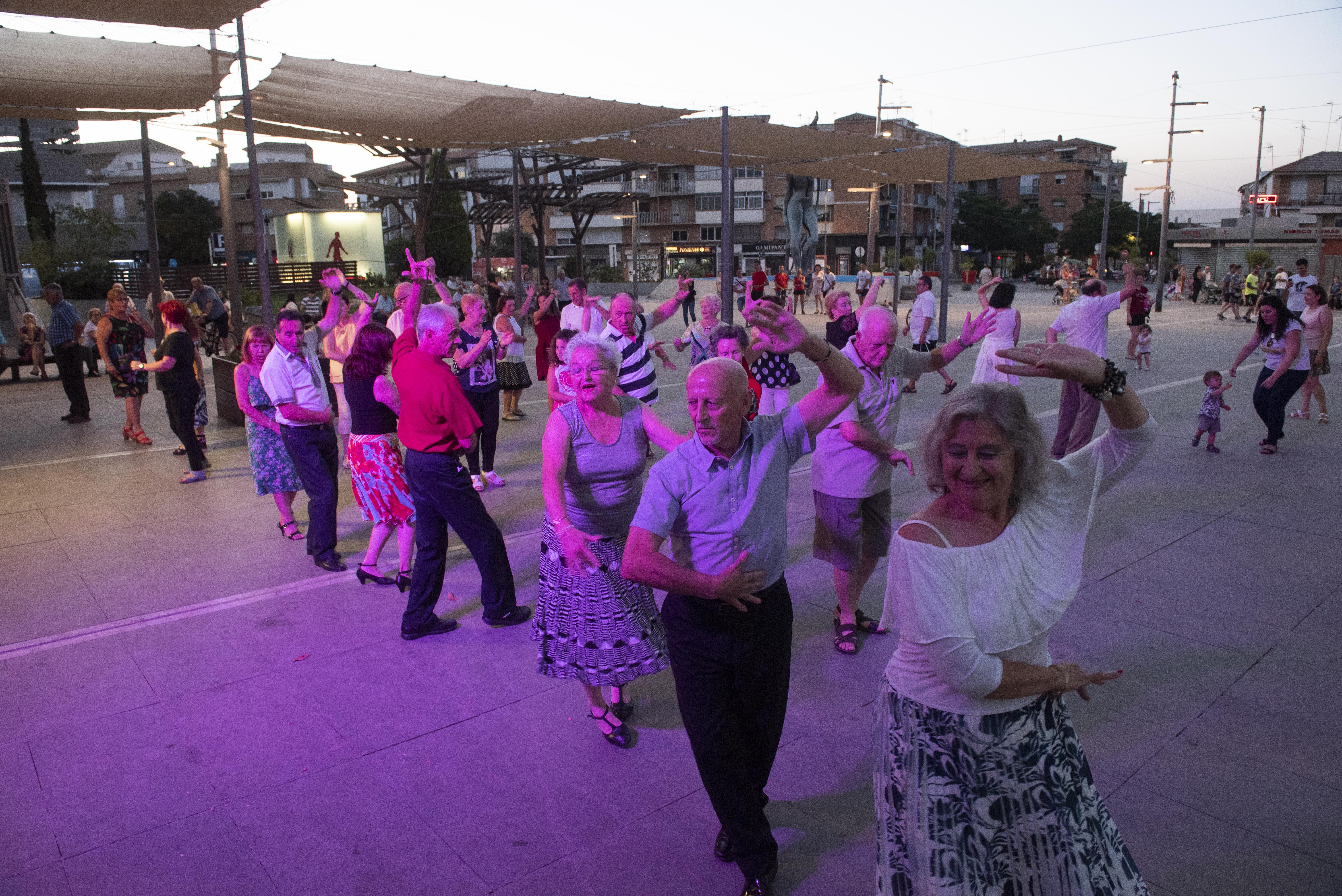 Las personas mayores de Armilla disfrutan de baile al aire libre todos los domingos
