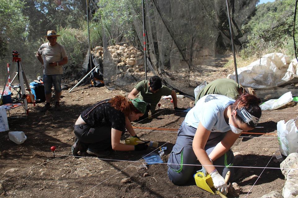 Arqueólogos siguen las huellas de los primeros Sapiens del Paleolítico Superior en Colomera