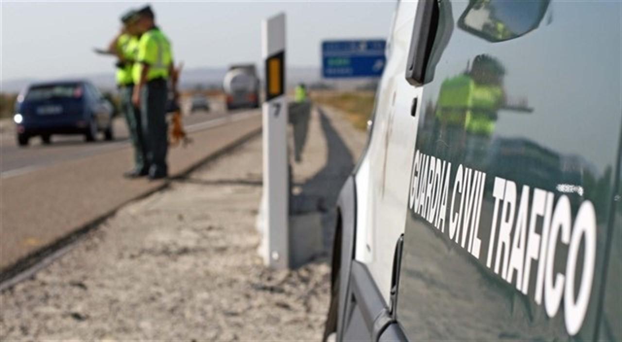 La A92 permanece cortada en sentido Sevilla por el vuelco de un camión