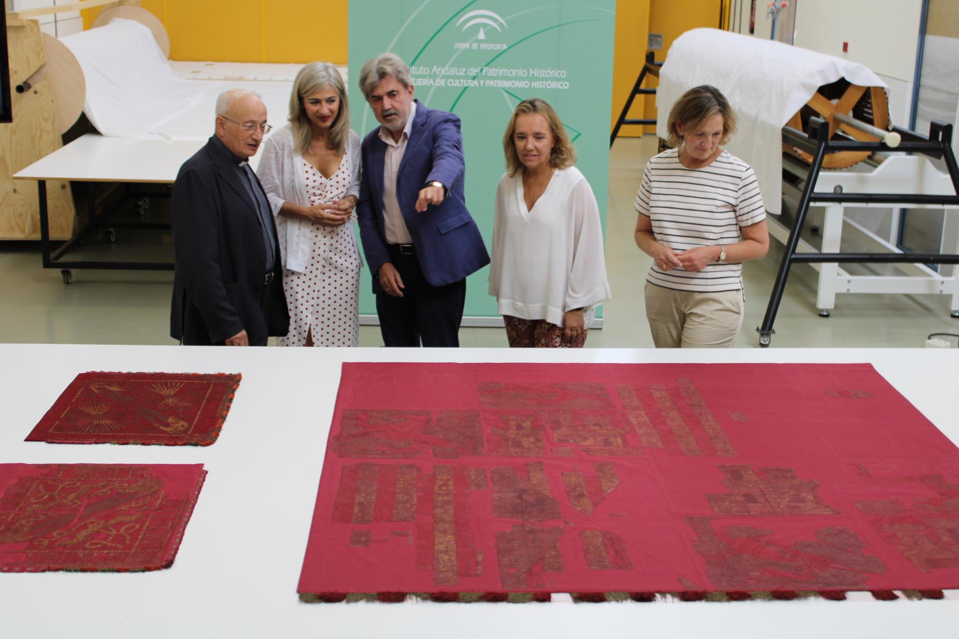 Restauran tres banderas donadas por los Reyes Católicos a la Capilla Real de Granada