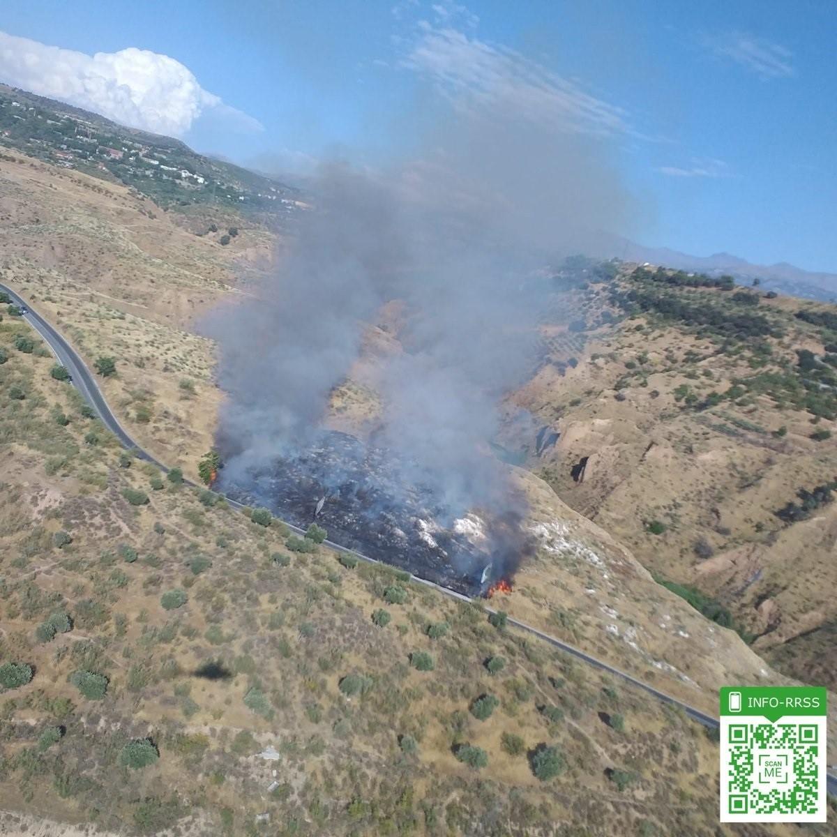 Declarado un incendio en un cerro de Granada poblado de pastos y matorral