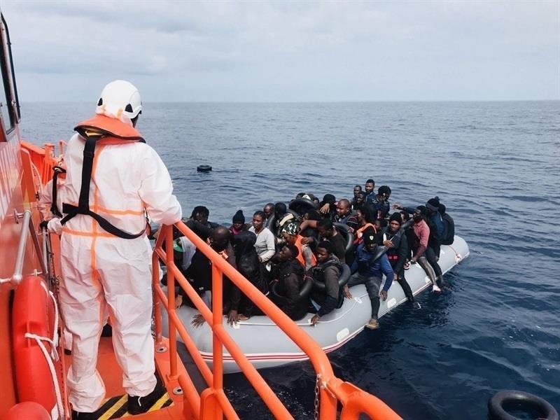 Trasladan a Motril a 122 personas de origen subsahariano rescatadas en el mar de Alborán