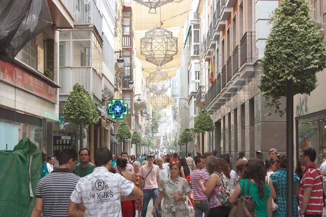 El comercio de proximidad granadino enfrenta al PSOE y la Junta