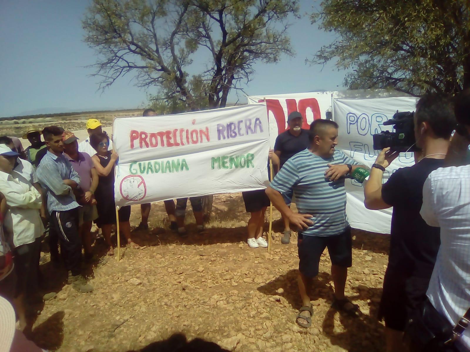 Unas 600 personas se concentran en Zújar contra las obras para una macrogranja porcina