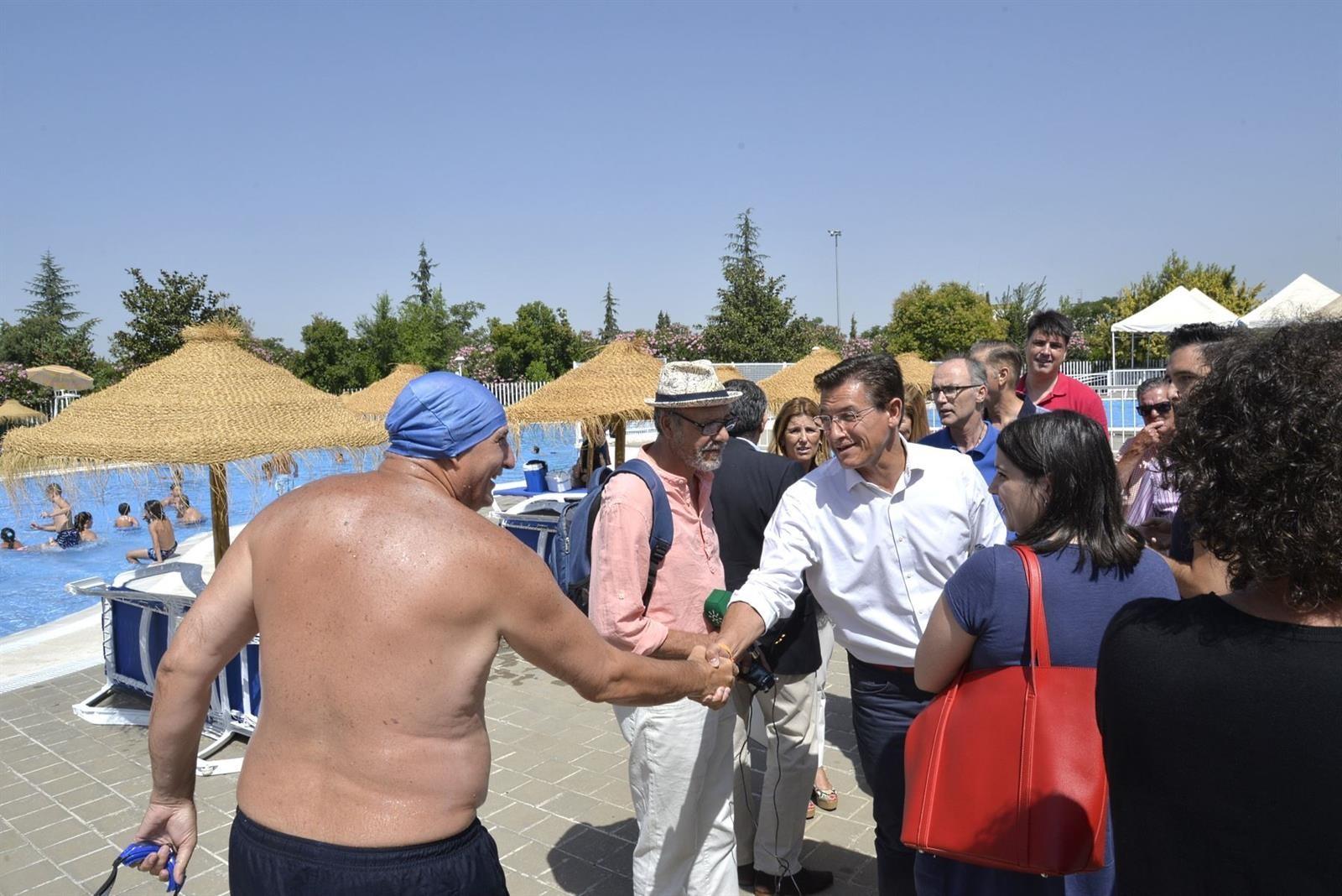 Luis Salvador destaca la función integradora de la piscina de Almanjáyar en una ciudad «humana»