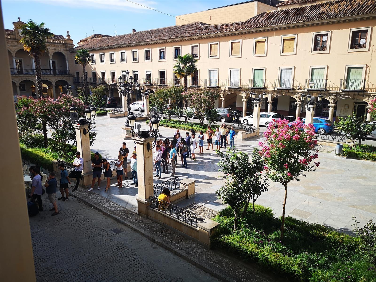 Más de 400 personas aspiran a participar en el rodaje de una serie en el castillo de La Calahorra