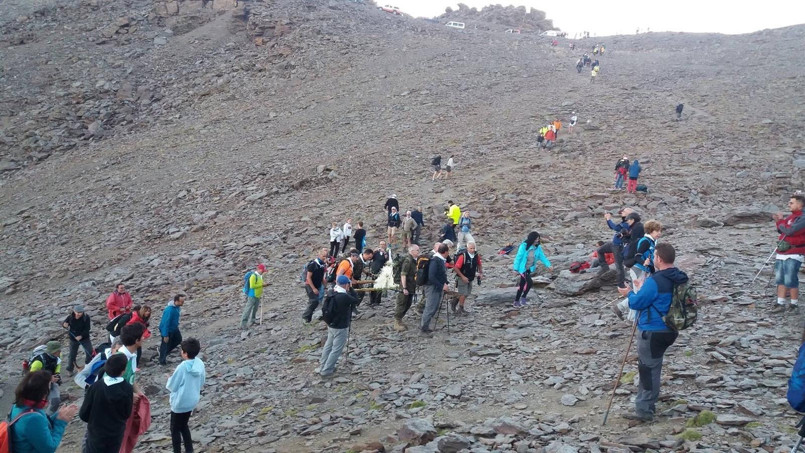 Unos 200 peregrinos suben desde Pradollano en la romería de la Virgen de las Nieves de Monachil