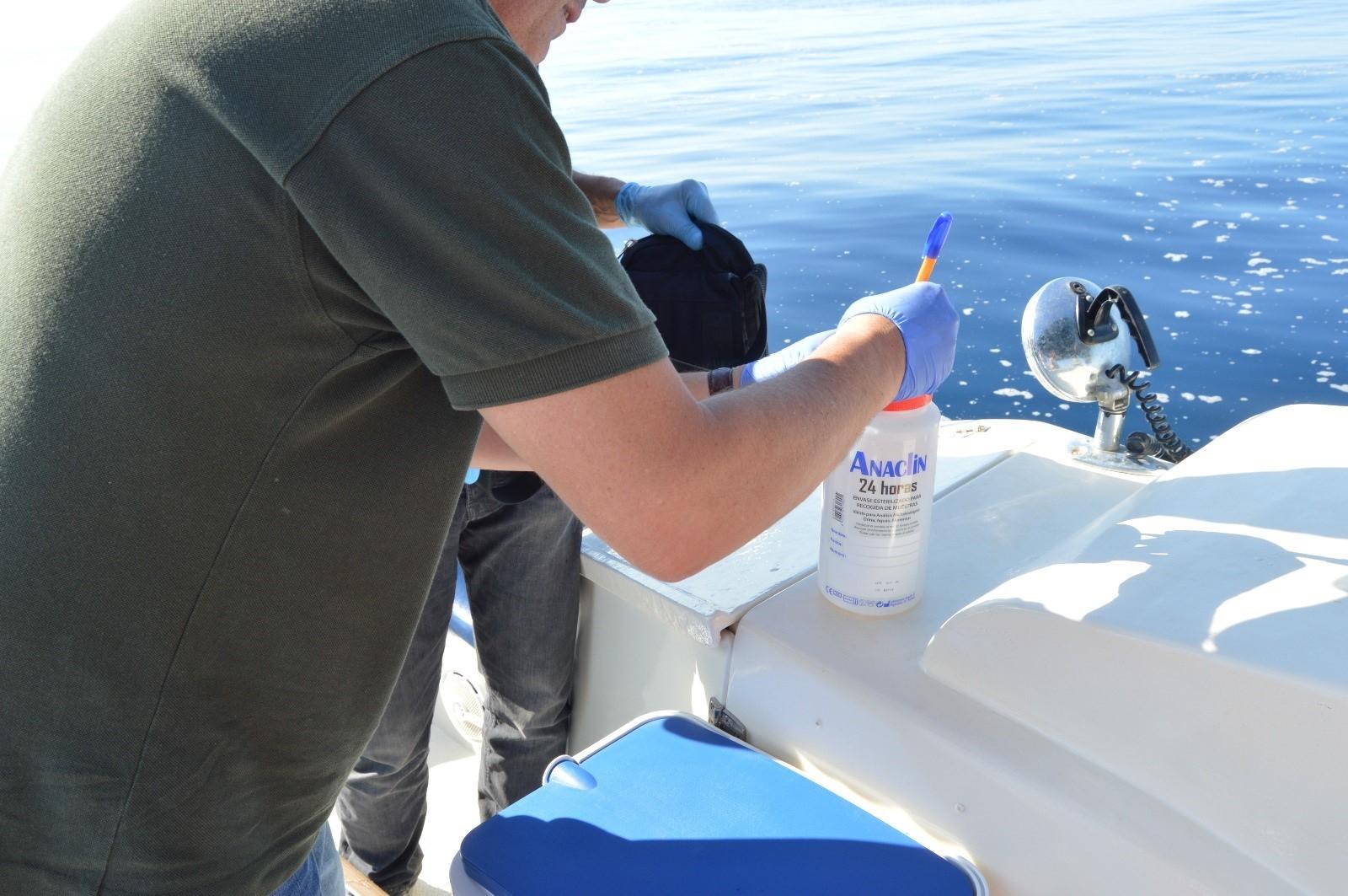 El Seprona toma muestras de la mancha en el mar de Salobreña y analizará su procedencia