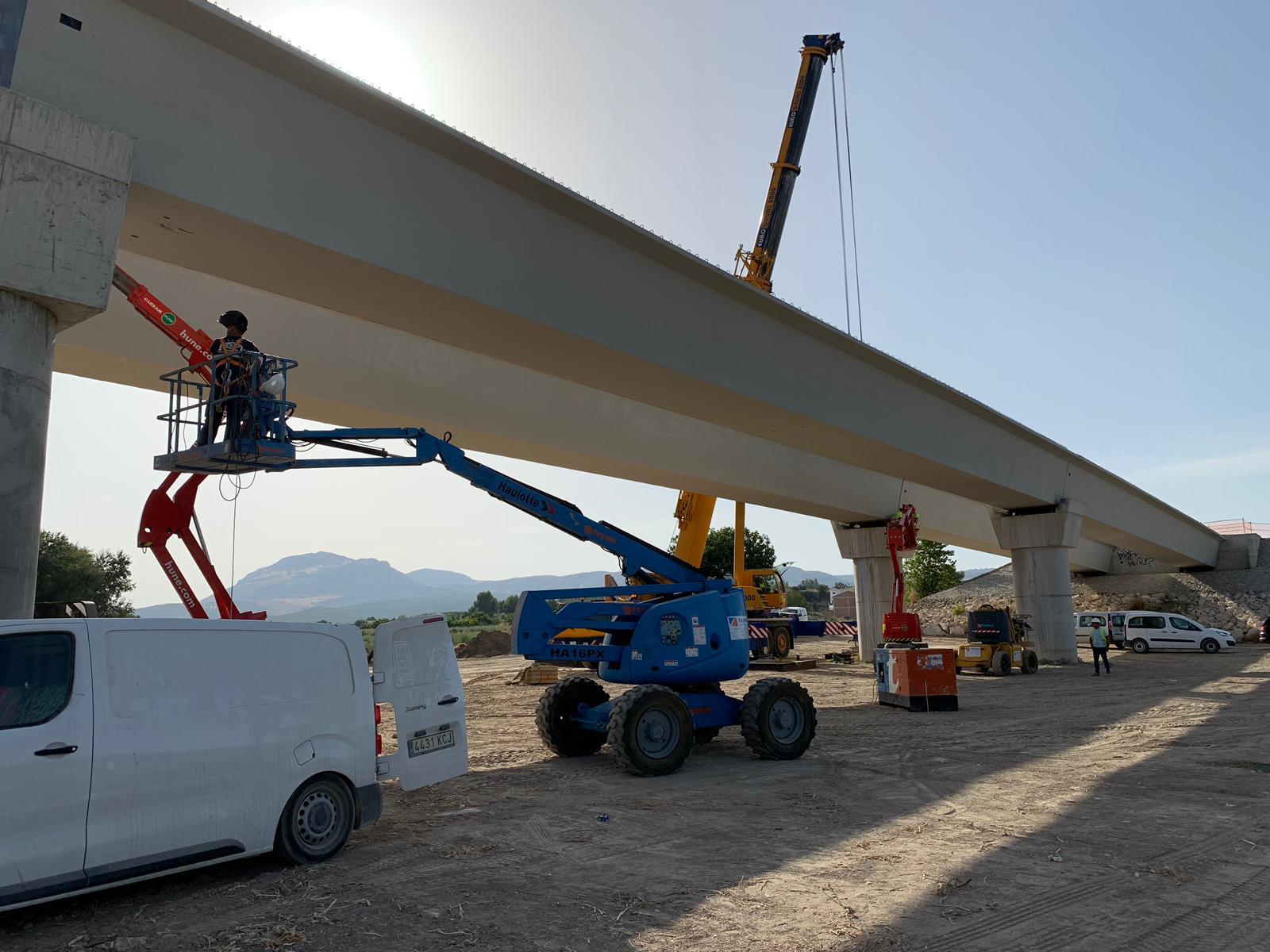 Arranca la primera fase de la colocación de vigas del nuevo puente de Huétor Tájar