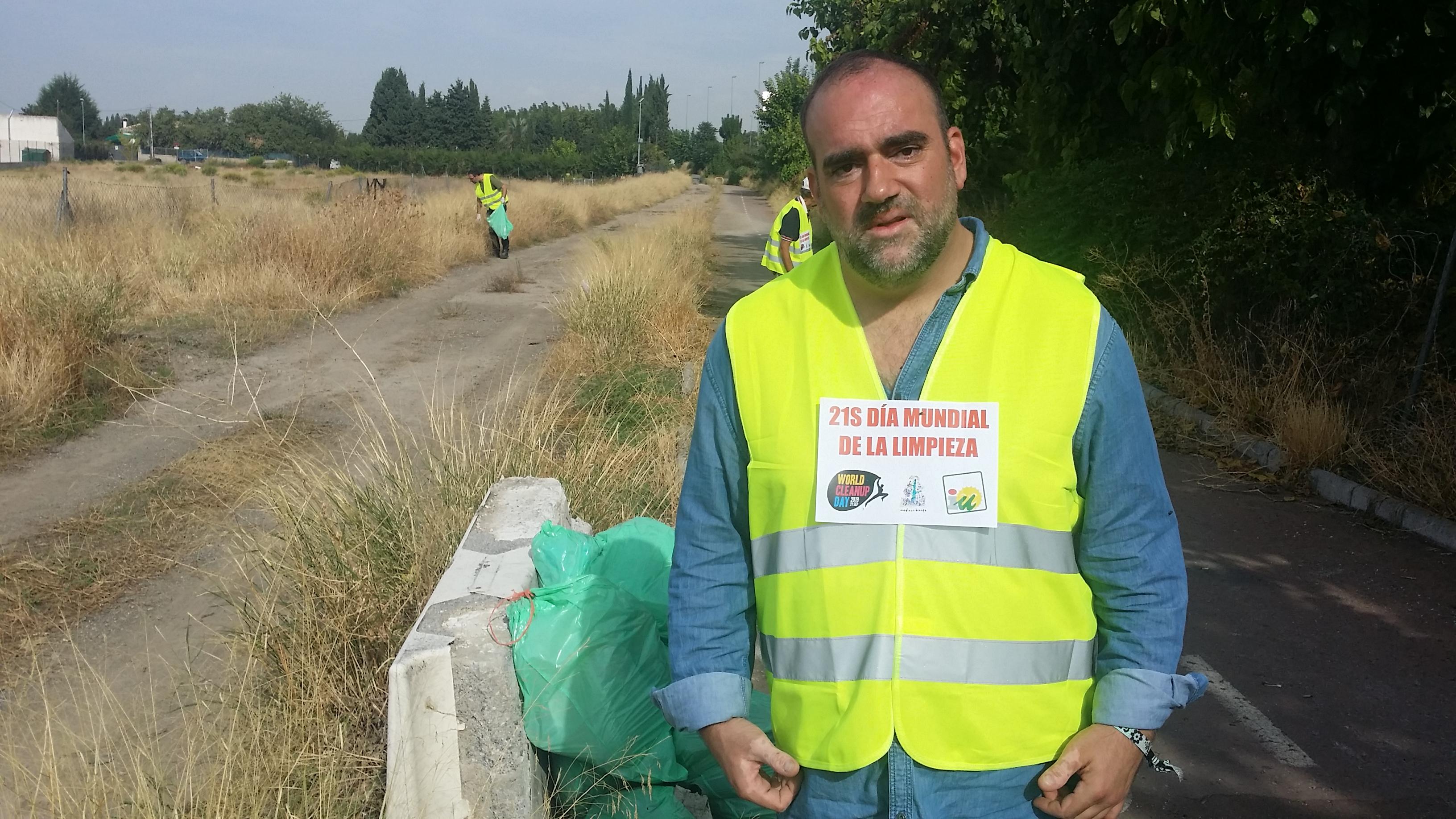 Militantes de Izquierda Unida limpian un tramo del Carril Bici de La Chana