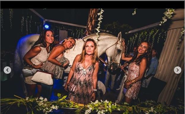 La Policía Local denuncia a Mae West por mostrar un caballo sin autorización en una fiesta