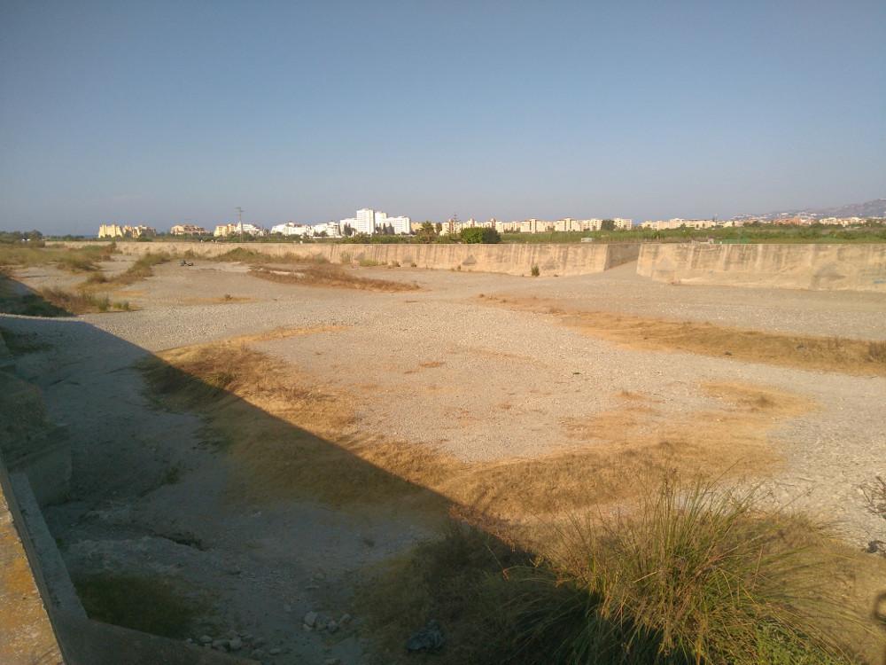 El cauce del río Guadalfeo se deseca antes de su desembocadura
