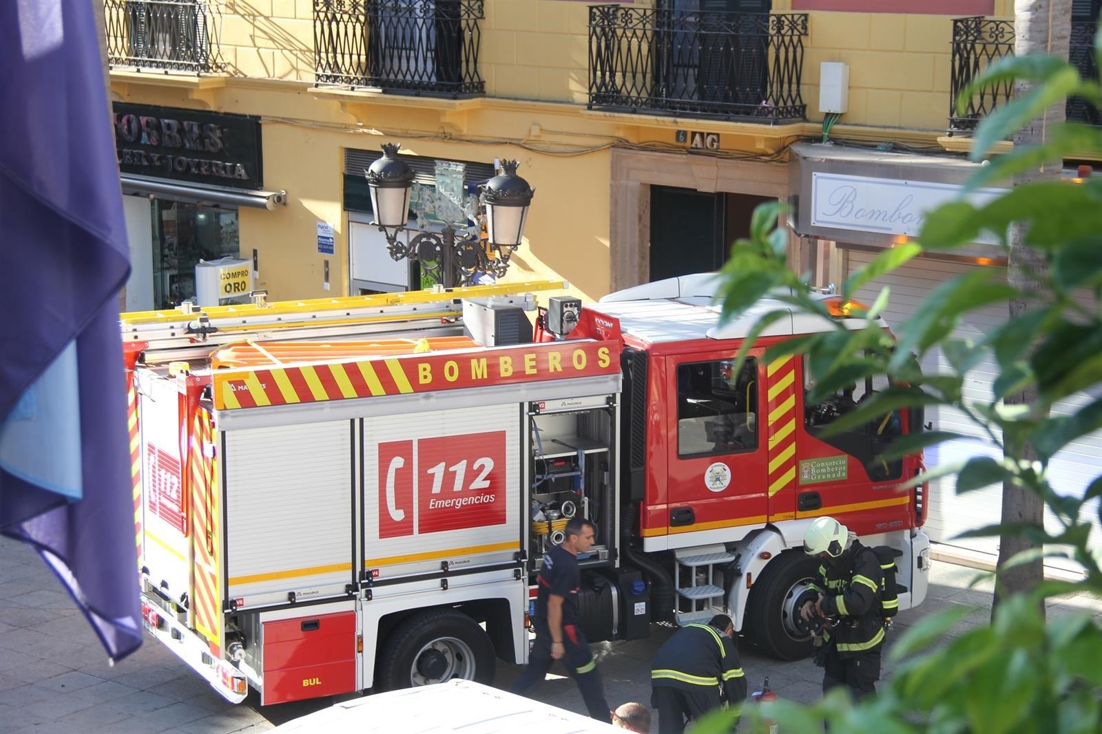 Desalojan dos bloques de viviendas en la capital por un incendio con dos heridos