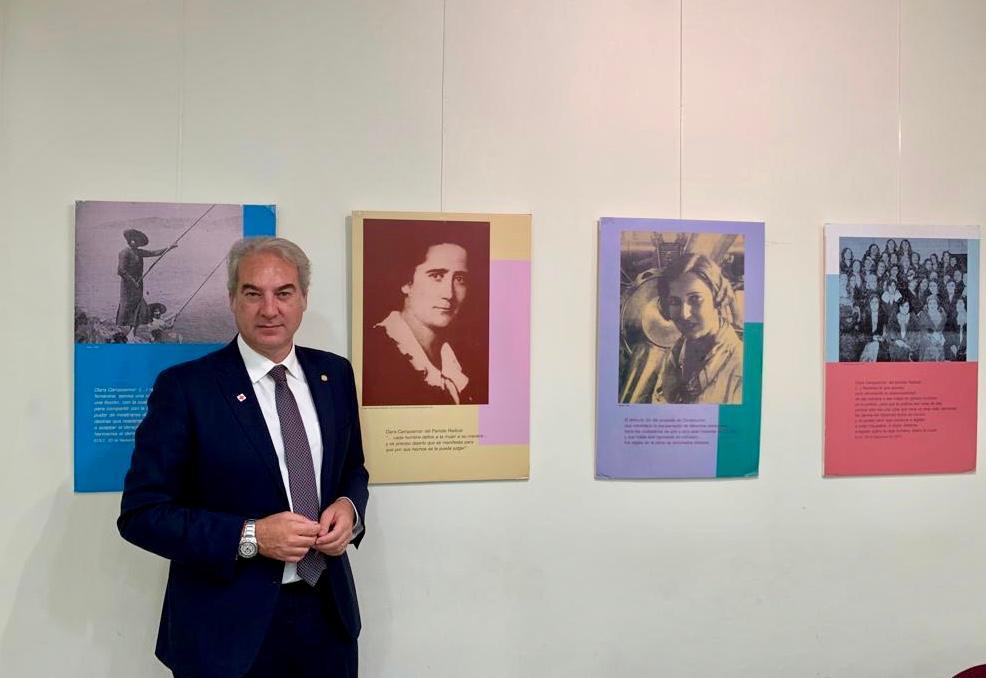 Una muestra fotográfica conmemora el aniversario de la equiparación de derechos entre hombres y mujeres