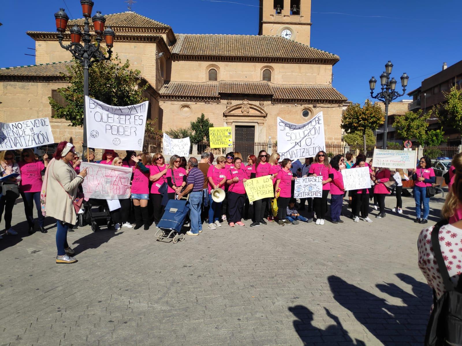 Las trabajadoras de la ayuda a domicilio de Albolote se concentran en contra de la privatización del servicio